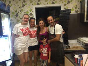 Nektarios och hans familj, tillsammans med ett par av våra volontärer - nu mätta och glada