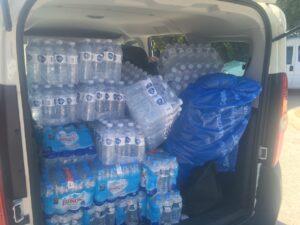 10 000 flaskor vatten landade på hotellet i morse. Bilarna packas överfulla för att vi ska kunna dela ut det viktigaste som finns i värmen.
